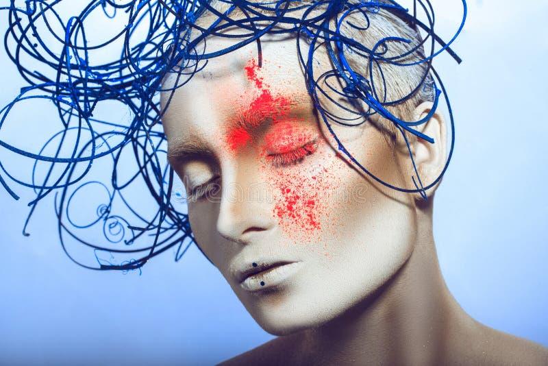 妇女秀丽画象有白色人体艺术和氖粉末的 库存图片