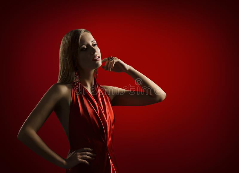 妇女秀丽画象,典雅的红色礼服的,与金发的时装模特儿美丽的夫人Posing 库存图片