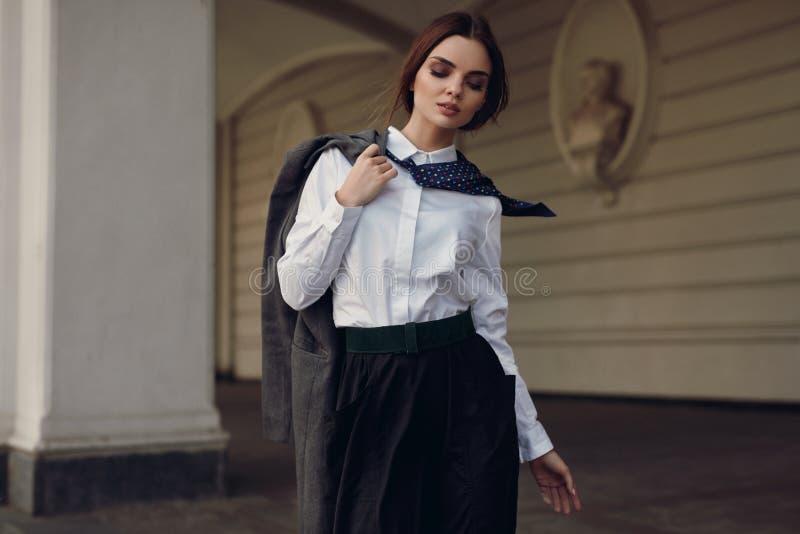 妇女秋天时尚 在时尚衣裳的美好的模型在街道 库存图片