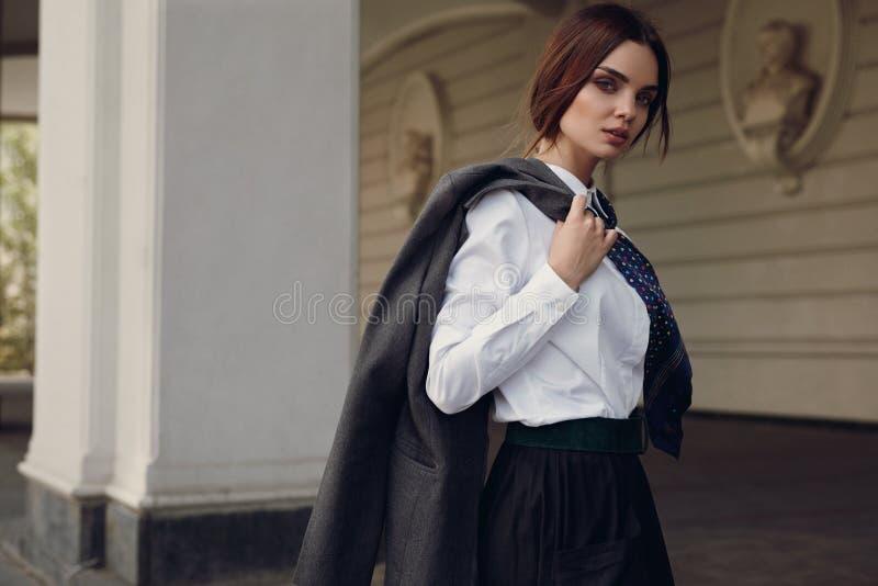 妇女秋天时尚 在时尚衣裳的美好的模型在街道 免版税库存照片