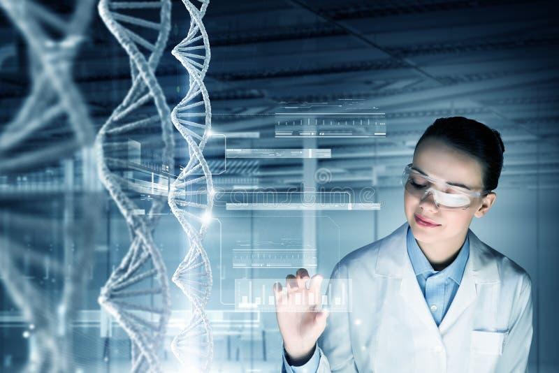 妇女科学工艺师在实验室 免版税图库摄影