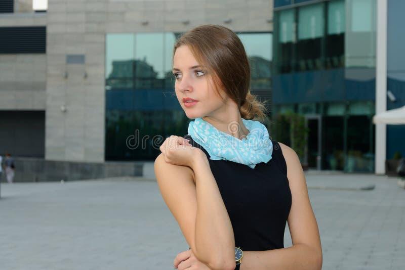 妇女站立反对现代大厦背景  库存图片