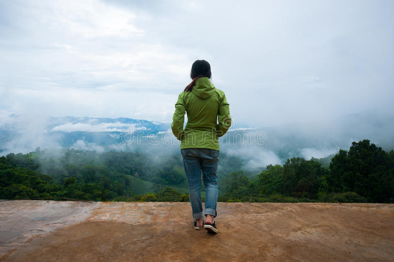 妇女站立的单独狂放的山 库存照片