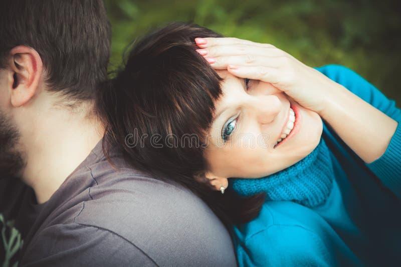 妇女笑的倾斜在她的人 免版税图库摄影