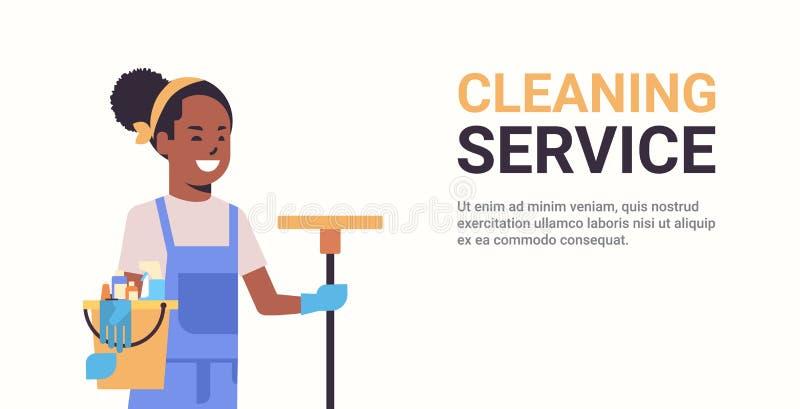 妇女管理员有工具和拖把清洗的服务概念微笑的非裔美国人的女性擦净人的藏品桶 皇族释放例证