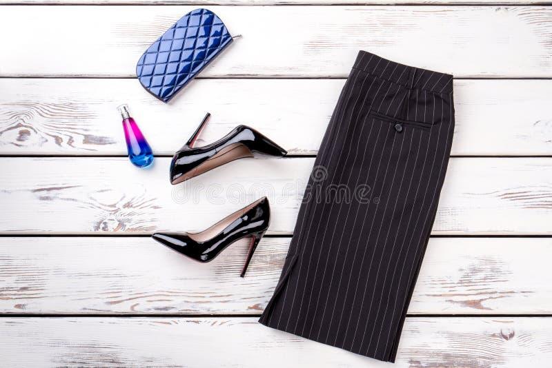 妇女经典裙子、脚跟和辅助部件 图库摄影