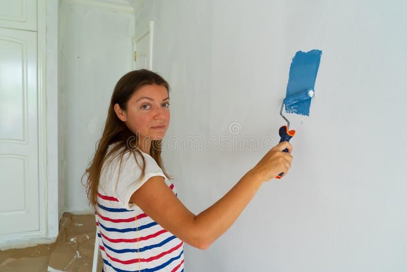 妇女绘画墙壁 免版税库存图片