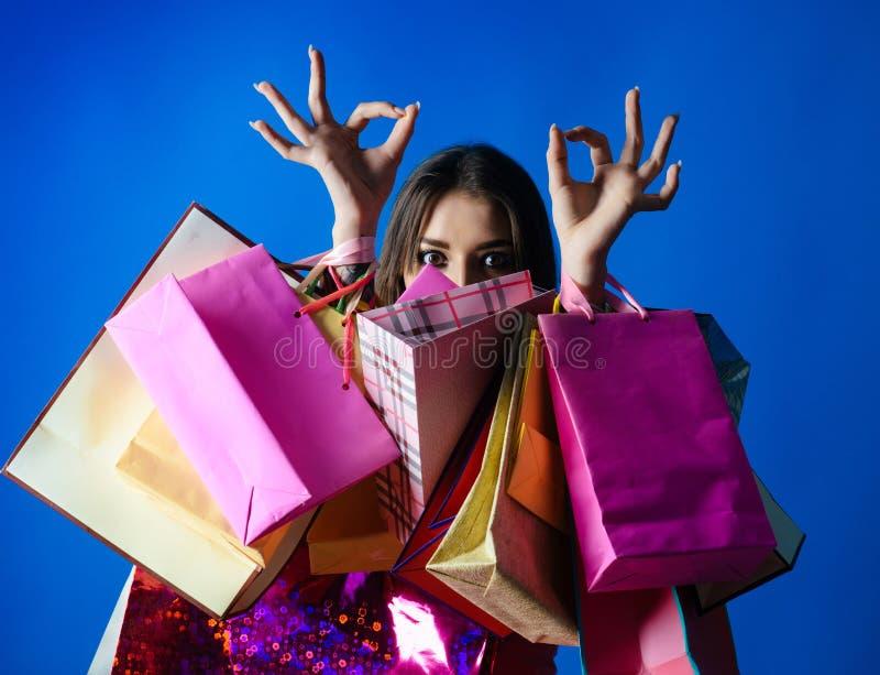 妇女给顾客的购物好 免版税库存照片