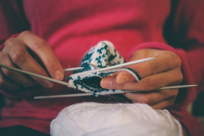 妇女编织编织 免版税库存照片