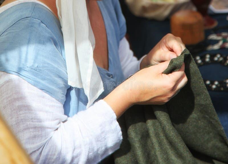 妇女缝合 免版税库存照片