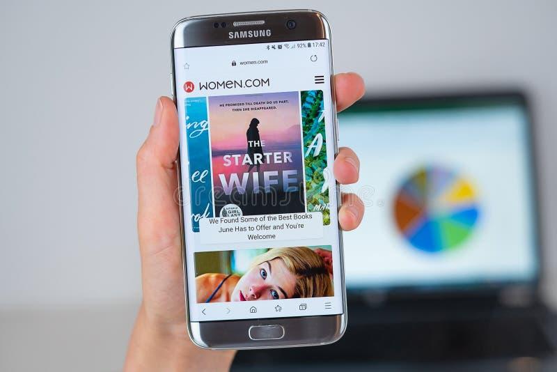 妇女网站  手机屏幕的com 库存图片