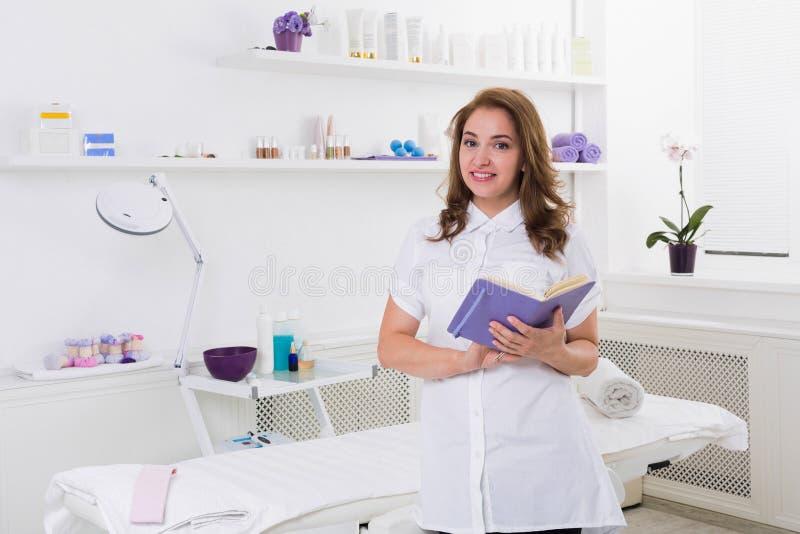 妇女美容师医生在工作在温泉中心 免版税库存照片
