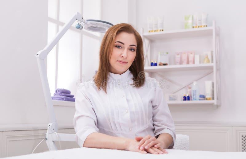 妇女美容师医生在工作在温泉中心 库存图片