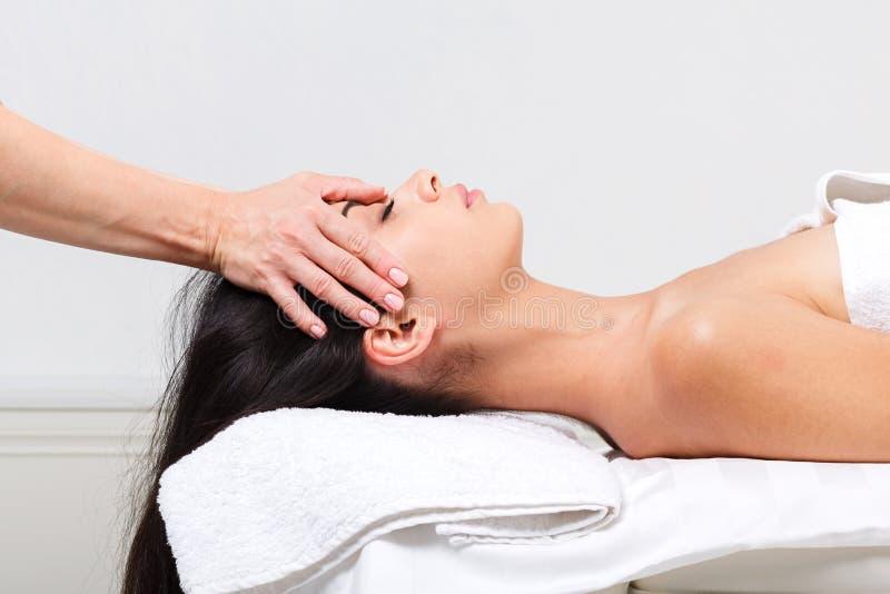 妇女美容师医生在温泉健康中心做顶头按摩 库存照片
