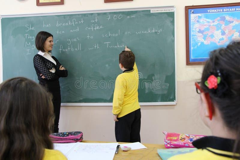 妇女老师在教室 库存照片