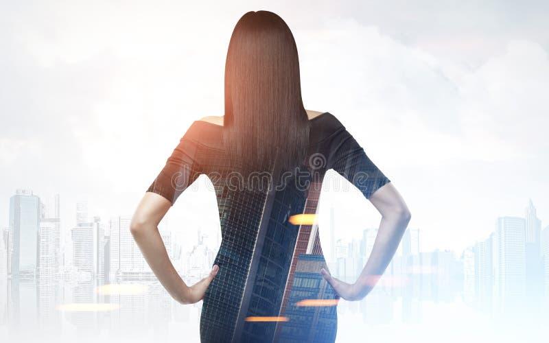 妇女背面图在一个灰色城市 库存照片