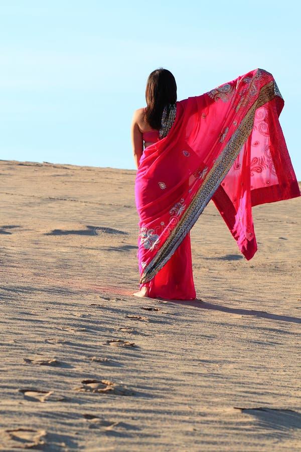 妇女脚印在沙漠 免版税库存照片