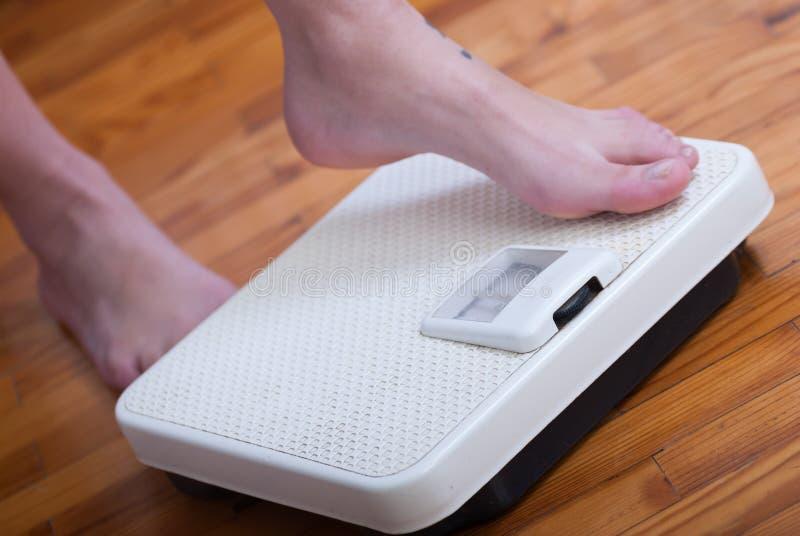 妇女脚和体重标度 免版税图库摄影