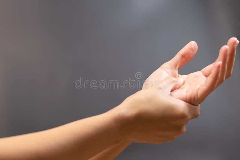 妇女腕子胳膊痛苦 办公室综合症状医疗保健和医学概念 免版税库存图片