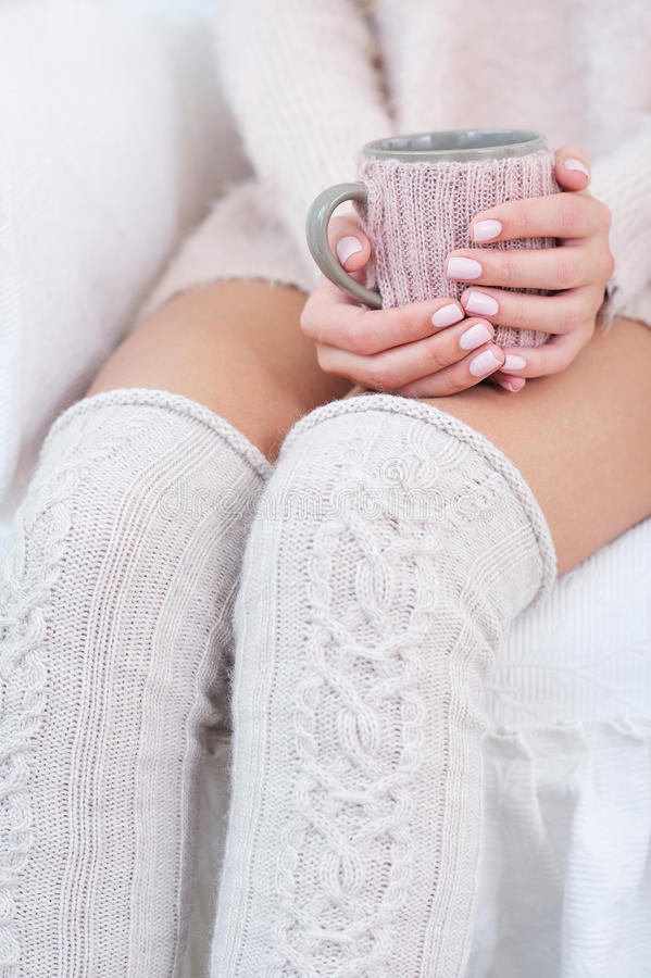 妇女腿和手和被编织的辅助部件 库存图片