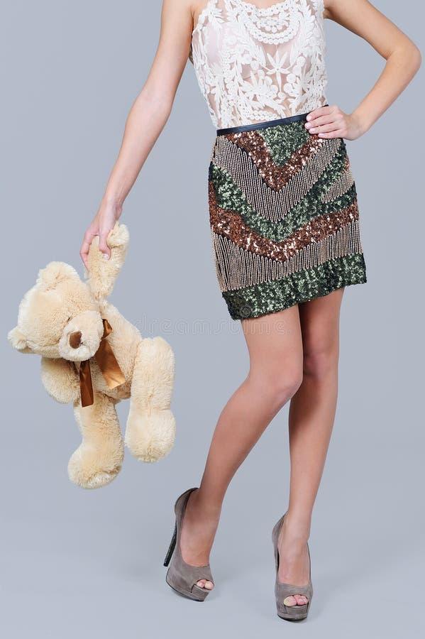 妇女腿和时髦衣服饰物之小金属片裙子 免版税库存图片