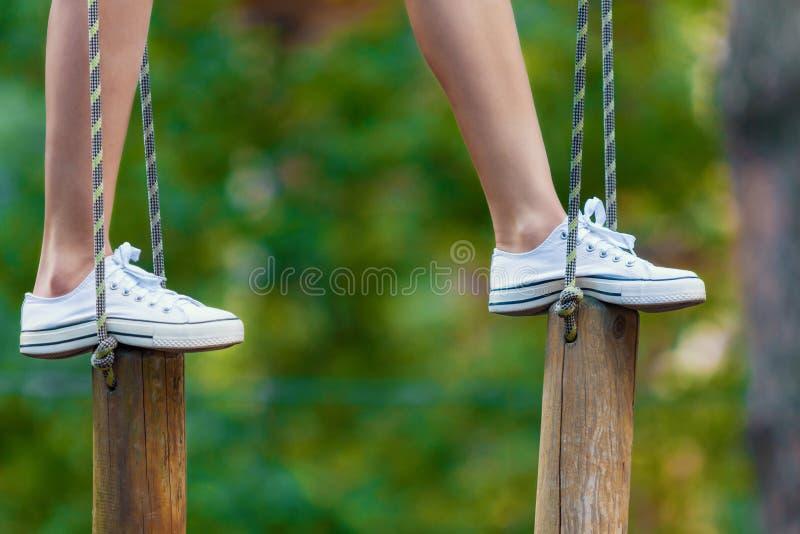 妇女腿特写镜头在极端绳索公园 库存照片
