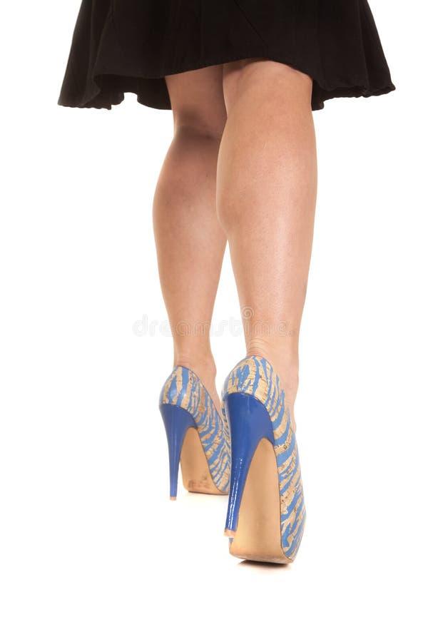 妇女腿蓝色走开棕褐色的鞋子 库存照片