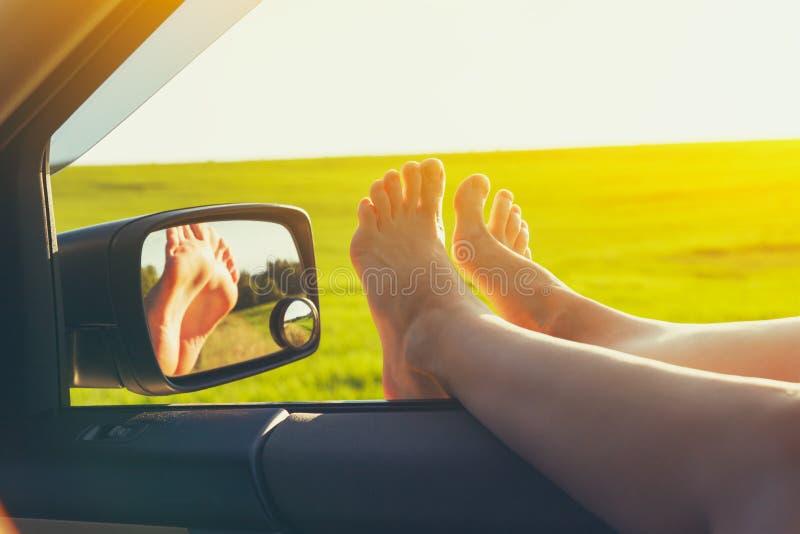 妇女腿车窗 免版税库存照片