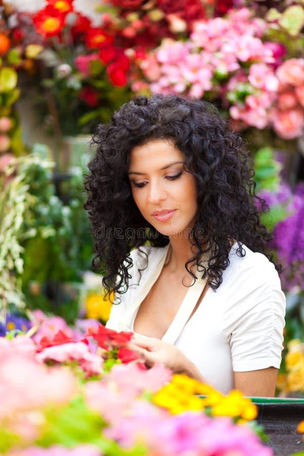 妇女自温室 免版税图库摄影