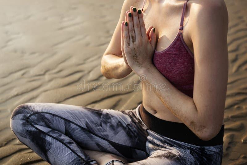 妇女舒展在海滩 库存照片