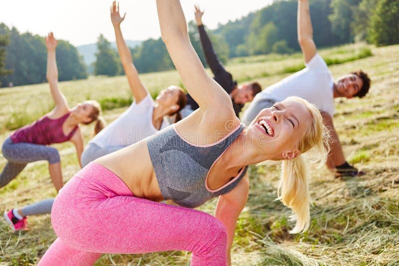 妇女获得乐趣在增氧健身班 免版税库存照片