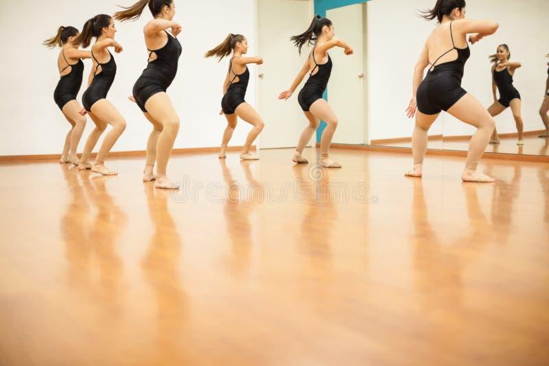 妇女获得乐趣在舞蹈课 免版税库存照片