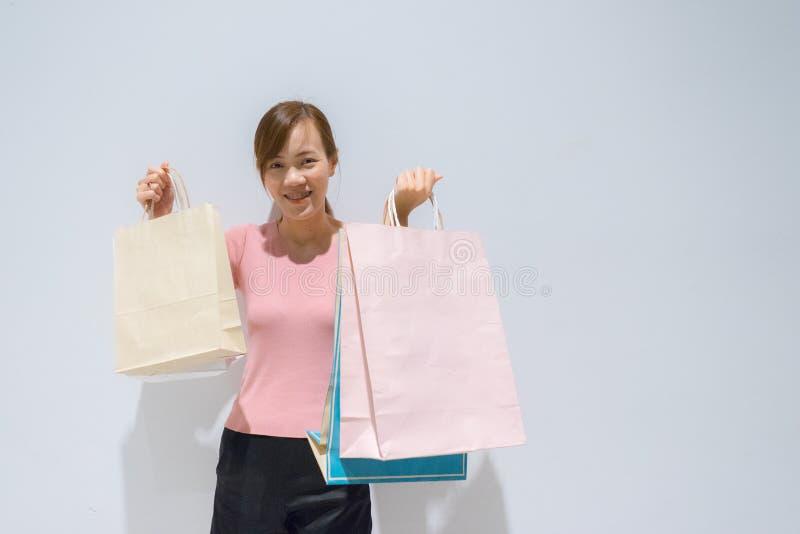 妇女藏品购物带来 免版税库存图片