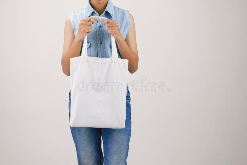 妇女藏品eco织品在灰色的袋子孤立 免版税库存图片
