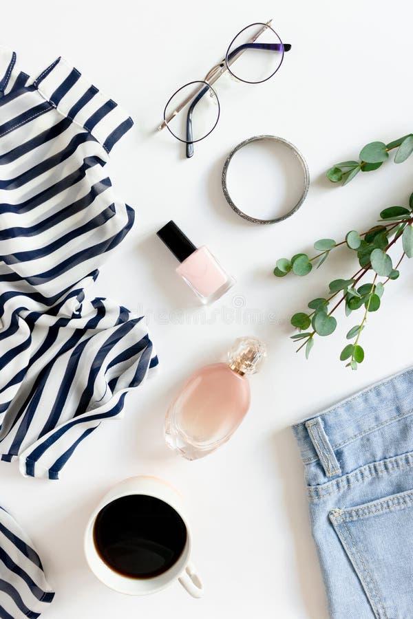 妇女衣裳、化妆用品、辅助部件、杯子咖啡和玉树分支Flatlay  免版税库存照片