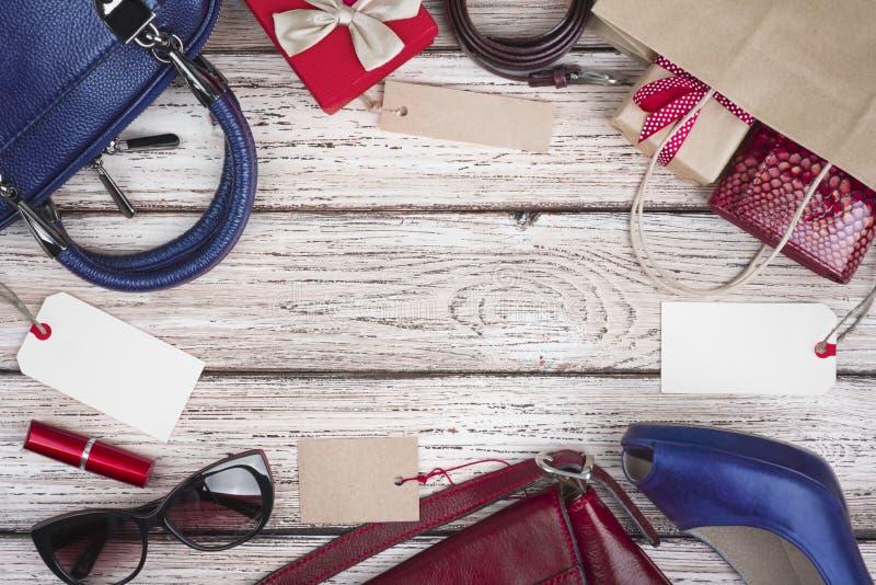 妇女衣裳和辅助部件的汇集在销售,木背景中 免版税库存照片