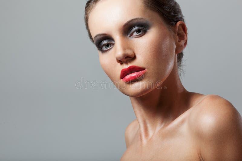 妇女表面与发烟性眼睛的特写镜头纵向 图库摄影