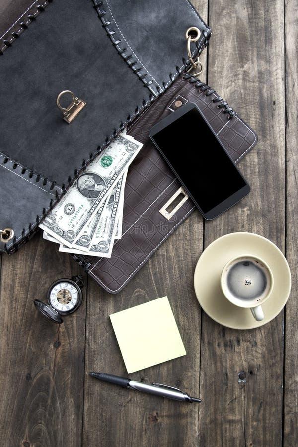 妇女袋子材料和咖啡从上面 图库摄影
