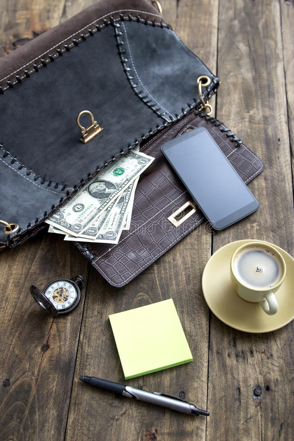 妇女袋子材料和咖啡 免版税库存照片