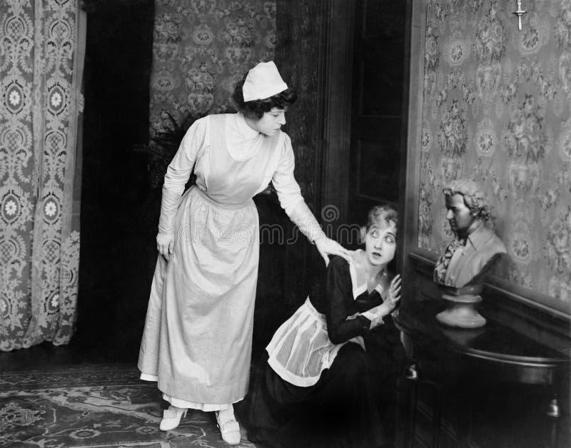 妇女被捉住的窃听在门(所有人被描述不更长生存,并且庄园不存在 供应商的保单  库存照片