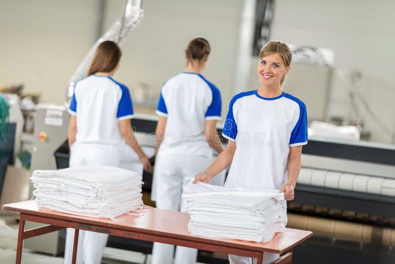 妇女被雇用同意电烙的纺织品 免版税库存图片