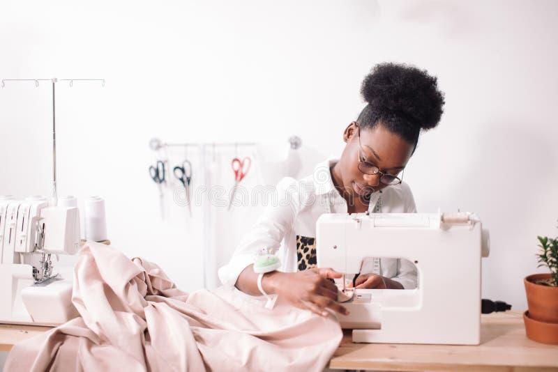 妇女裁缝开会和在缝纫机缝合 裁缝工作