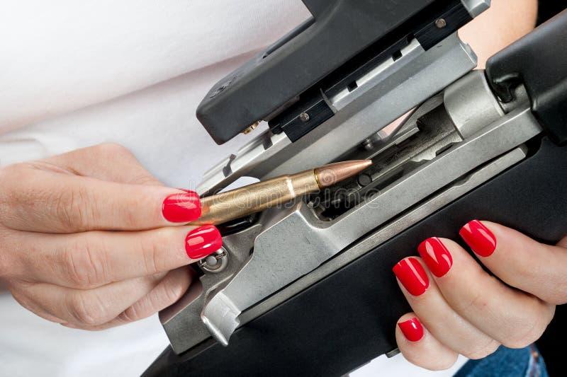 妇女装载步枪 免版税库存照片