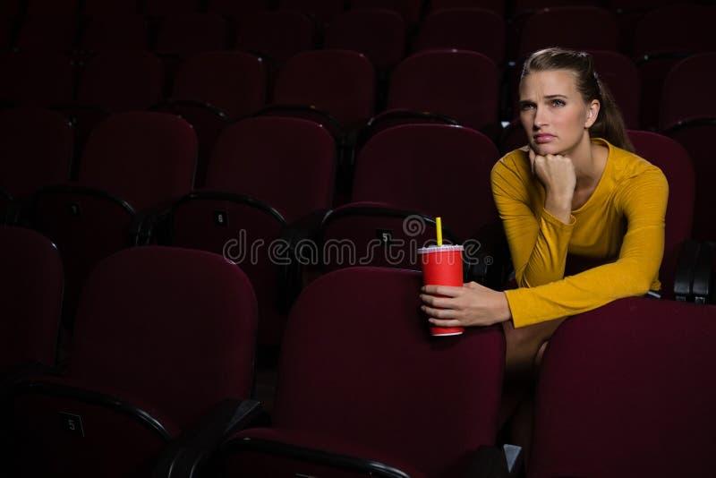 妇女观看的电影在剧院 免版税库存照片