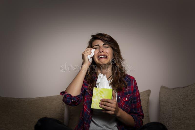 妇女观看的肥皂剧和哭泣 图库摄影