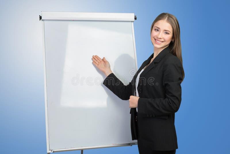 妇女解释在whiteboard 库存图片