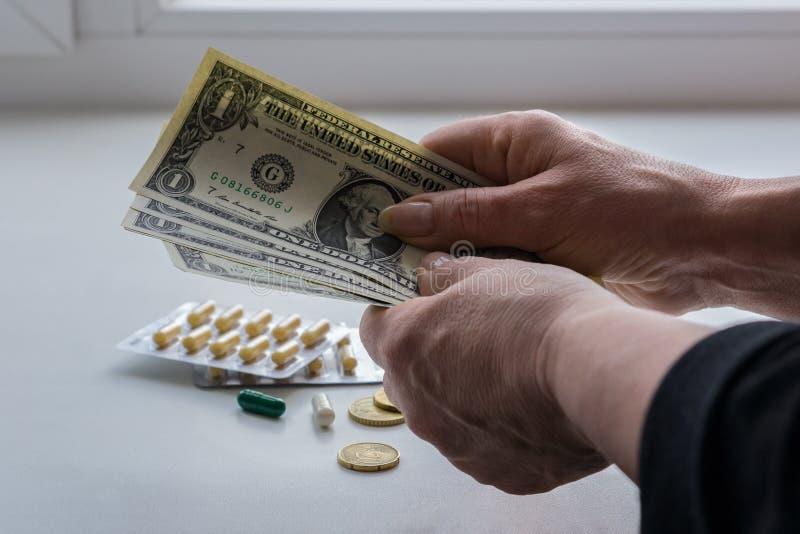 妇女计数医学的金钱 免版税库存图片