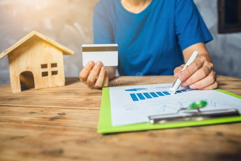 妇女计算的住宅税财政为购买新的家庭预算 库存图片