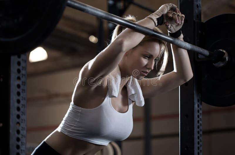 妇女训练在crossfit中心 库存照片
