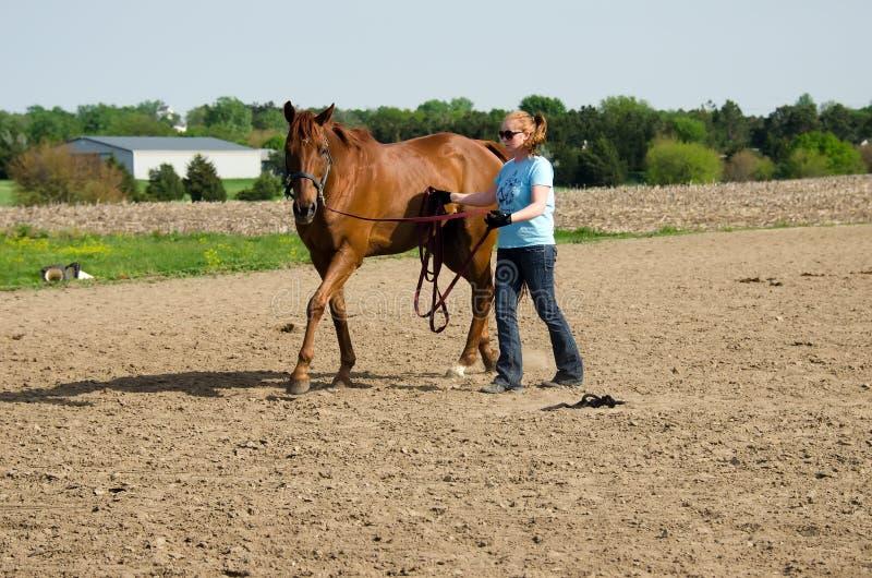 妇女训练马 免版税库存照片